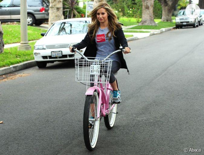 ashley tisdale a fi re allure sur sa bicyclette rose s 39 il vous plait. Black Bedroom Furniture Sets. Home Design Ideas