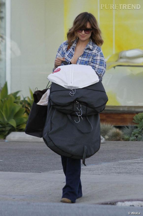 Olivia Wilde dans les rues de Los Angeles dévoile un bout de soutien-gorge.