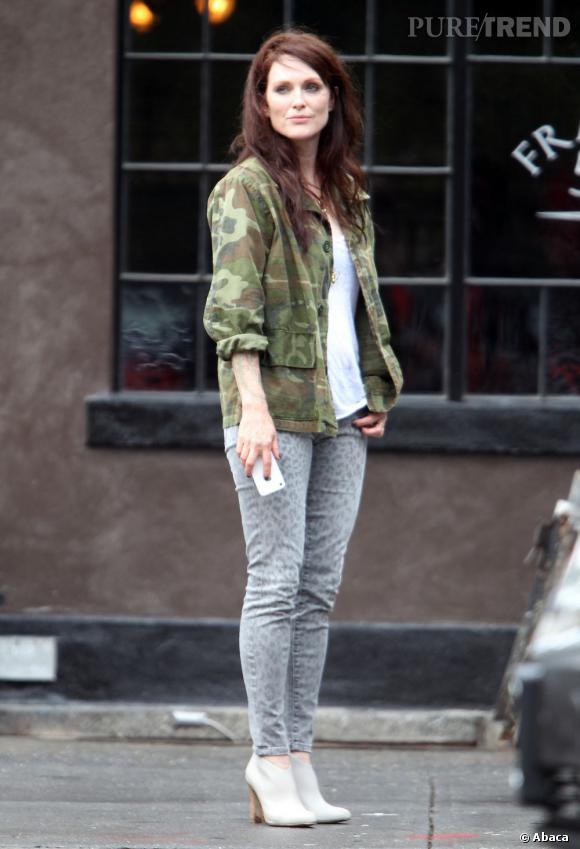 Sur le tournage d'un film la très chic Julianne Moore dompte le skinny léopard délavé avec style.