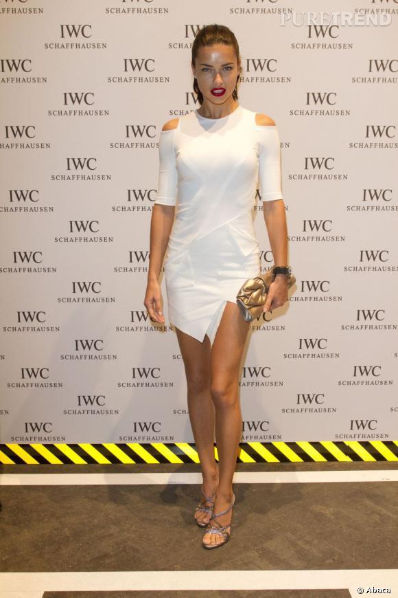 Adriana Lima en fait trop dans sa robe moulante et très courte.