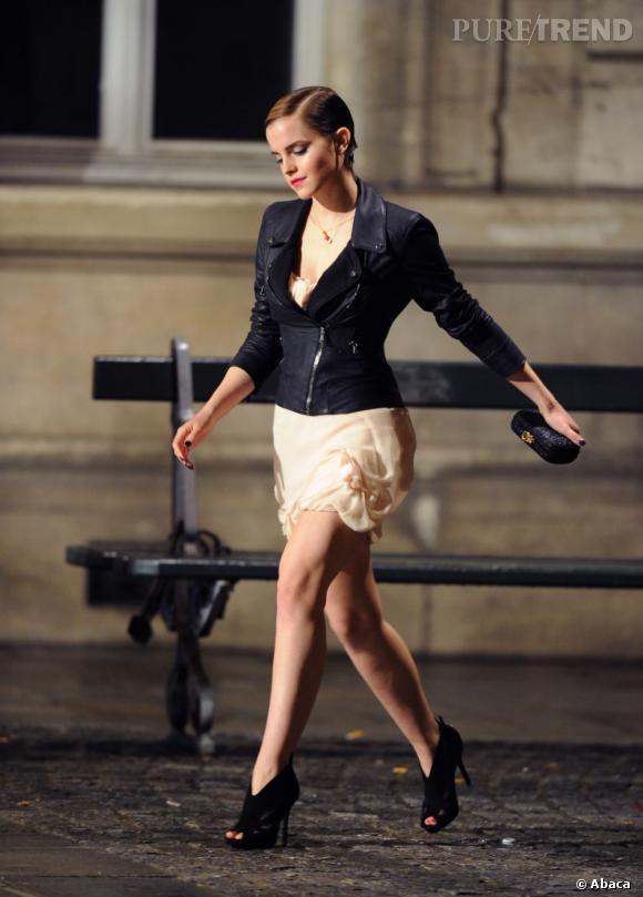 Emma Watson sur le tournage de la pub Lancôme. L'actrice associe une robe de soirée à une veste en cuir. Idéal pour dédramatiser une allure chic.