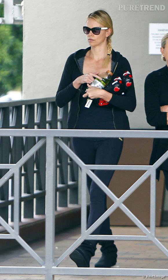 Charlize Theron à la sortie d'un cours de yoga à Los Angeles.