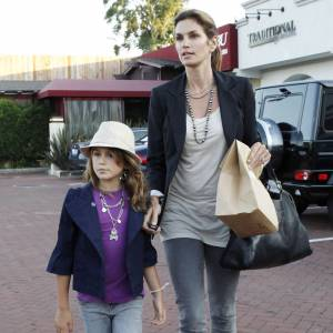 Jean bien coupé, blazer élégant et cascade de bracelets, la jeune fille imite sa maman.