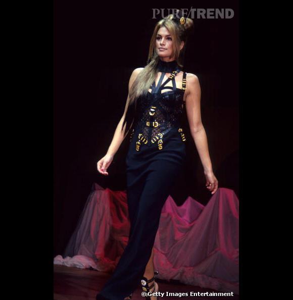 Cindy Crawford s'est elle aussi frottée au style Versace.