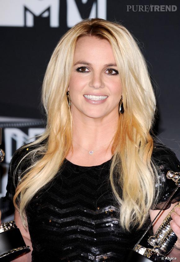 Après :  dès l'âge de 25 ans, la chanteuse a commencé a se faire gonfler les lèvres... On ne comprend toujours pas pourquoi.