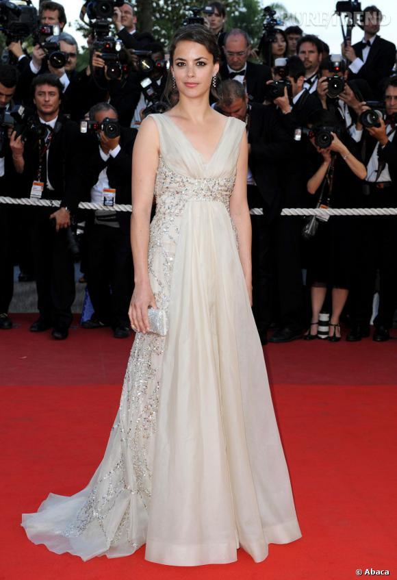 Pendant le même festival en 2009, Bérénice Bejo apparaît dans une robe ivoire très glamour.