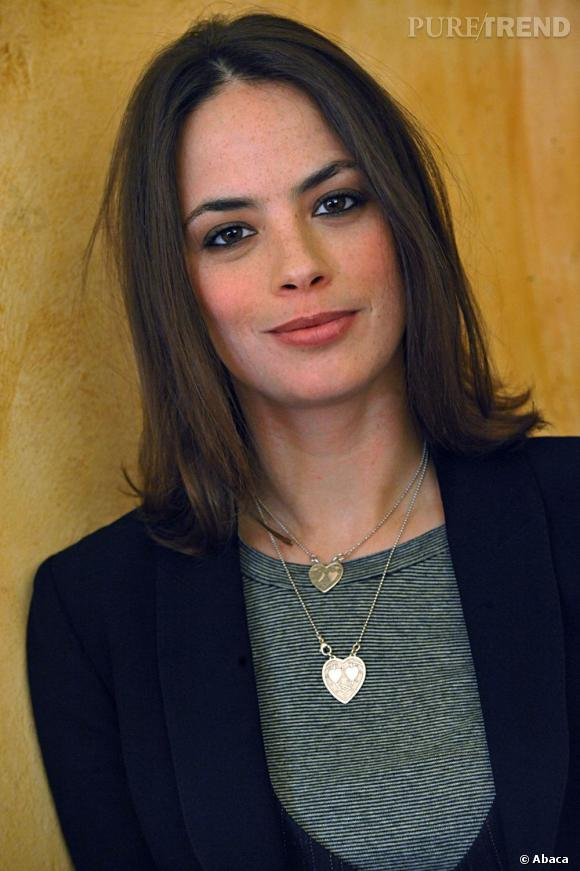Avec sa raie au milieu et ses joues blushées, l'actrice a un visage enfantin.
