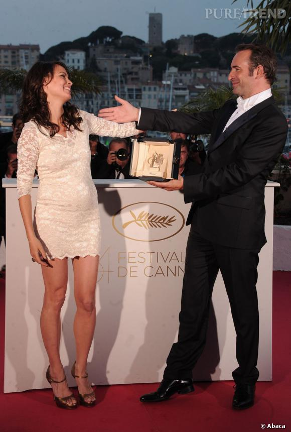 Bérénice Bejo est une future maman très sexy dans sa petite robe en dentelle blanche.
