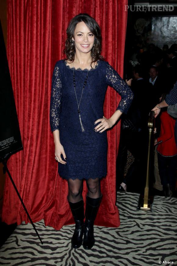 A New York, Bérénice Bejo arbore une tenue de soirée. Robe en dentelle très girly mais bottes vernies plus bikeuse.