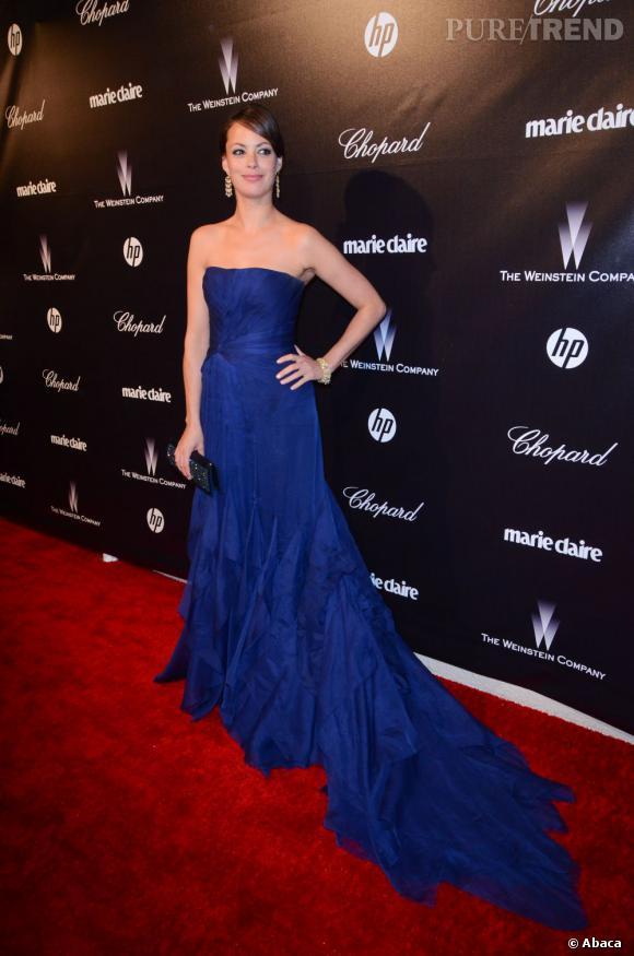 Pour l'after party des Golden Globes 2012, Bérénice Bejo opte pour une robe bleu électrique très longue qui lui donne des allures de princesse.