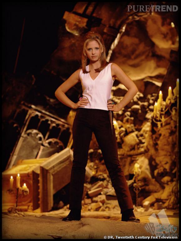 Top 10 des actrices de série les plus sexy. N°4 : Sarah Michelle Gellar alias Buffy la tueuse de vampires. L'héroïne de série sexy des 90's par excellence.