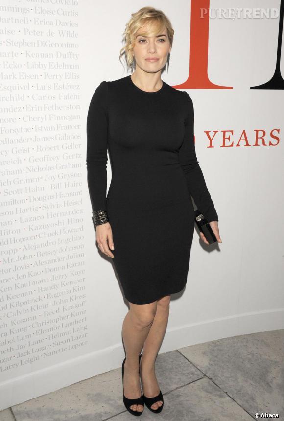 En robe noire minimaliste St John, Kate Winslet est très élégante.