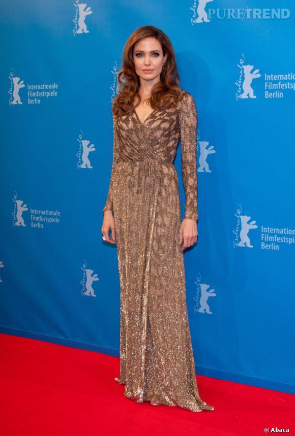 En robe Jenny Packham, Angelina Jolie étincelle sur le red carpet.