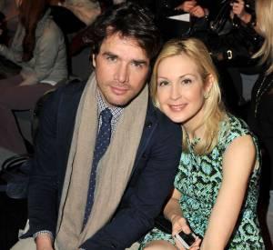 """Couple à l'écran dans """"Gossip Girl"""" Matthew Settle et Kelly Rutherford prennent la pose en duo chez Nanette Lepore."""
