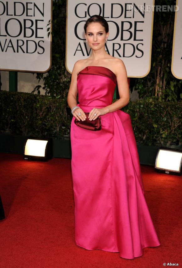 Plusieurs mois après son accouchement, l'actrice Natalie Portman fait enfin une première apparition aux Golden Globes. Pour l'occasion, elle mise sur un look architectural griffé Lanvin, chapeau.