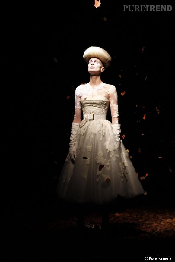 La marque bis d'Alexander McQueen s'offrait son tout premier défilé à Londres. Niveau mise en scène, McQ n'a rien à envier à sa grande soeur : une atmosphère à la fois dark et poétique, entre lumière tamisée et podium recouvert de feuilles mortes véritables. Les vêtements valaient aussi le détour, principalement des redingotes ultra fittées et des robes ceinturées. Sarah Burton, directrice artistique de la maison, donne à McQ une identité forte, après six années d'existence dans l'ombre.  Défilé McQ automne-hiver 2012-2013