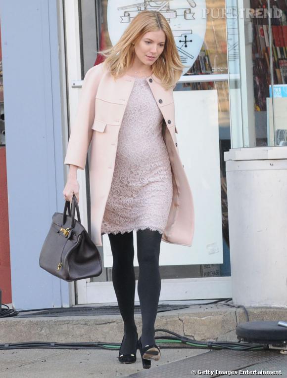 Sienna Miller enceinte dans les rues de New York.