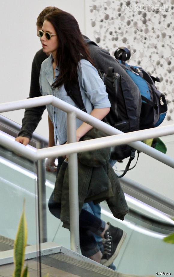 Kristen Stewart à l'aéroport de Los Angeles en direction de Paris pour la Fashion Week.