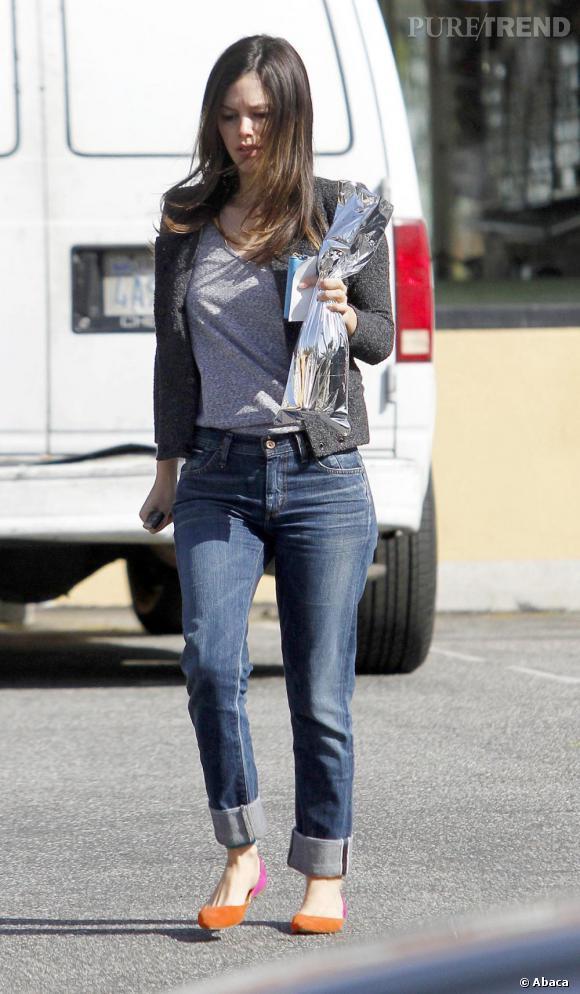 Rachel Bilson, une bouteille à la main, opte pour un look casual.
