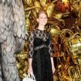 Version en longue robe en dentelle, Lana del Rey garde son it-bag Mulberry à la main.