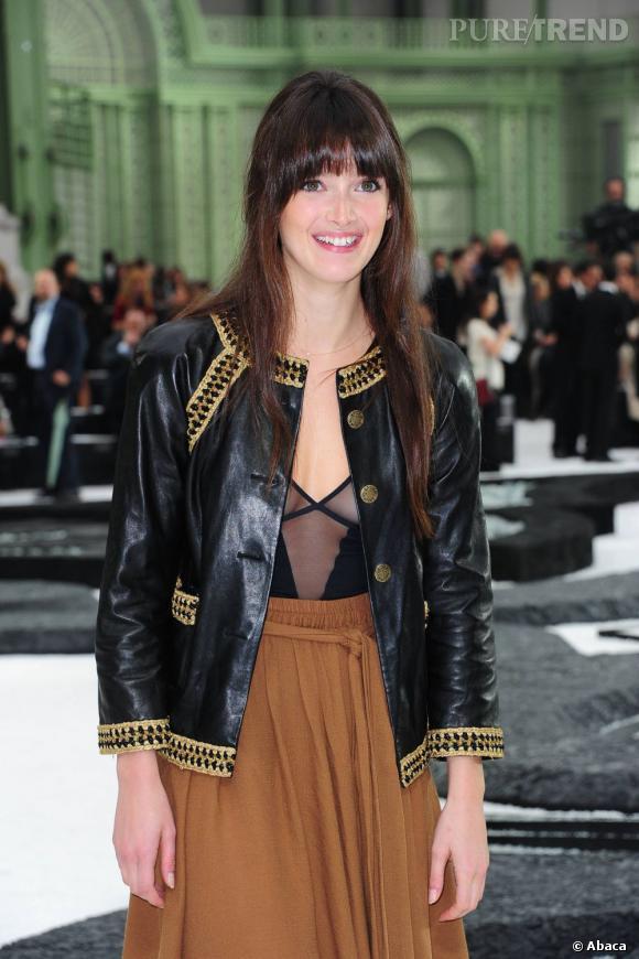 Charlotte LeBon opte pour une veste Chanel en cuir aux détails dorés.