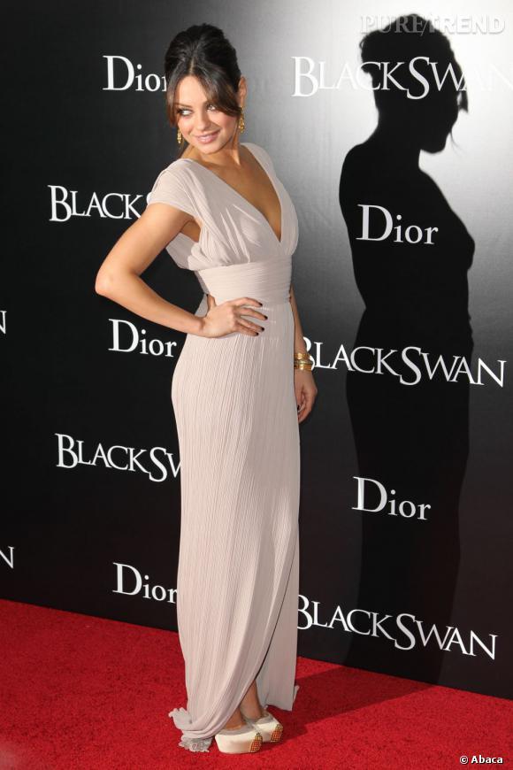 Addict aux bouts en métal, Mila Kunis prend de la hauteur avec un modèle doré, les Maggie de Christian Louboutin.