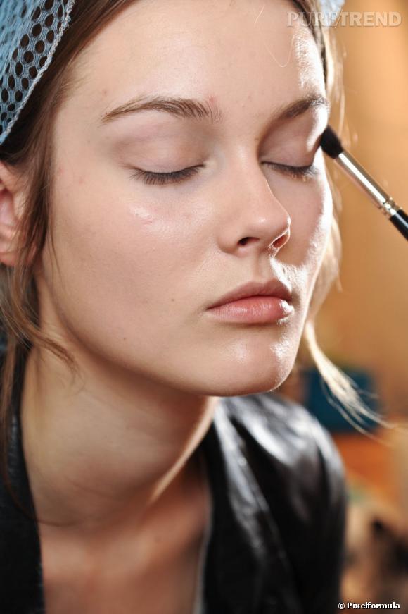 Pour le maquillage des yeux, on opte pour une base fixante avant de déposer le fard.