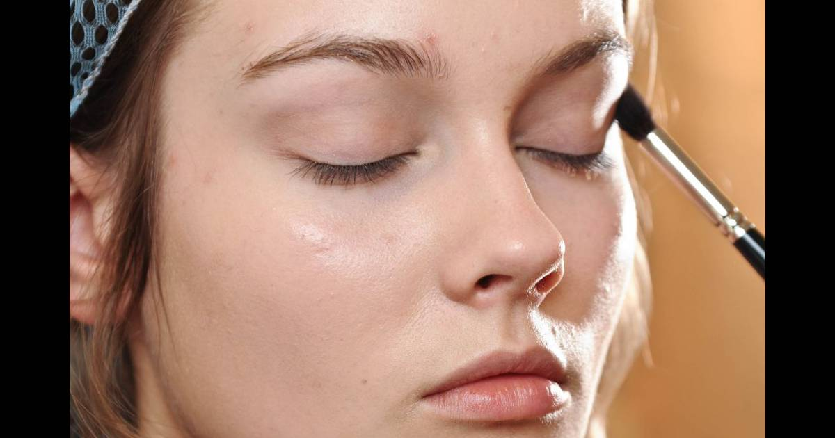 pour le maquillage des yeux on opte pour une base fixante avant de d poser le fard. Black Bedroom Furniture Sets. Home Design Ideas