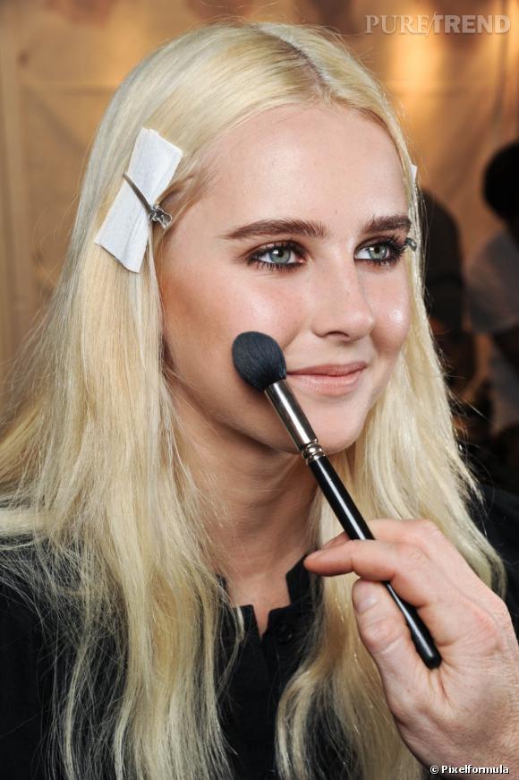 Le maitre mot d'un maquillage longue tenue est la poudre. On en dépose sur tout le visage après le travail du teint afin de faire tenir notre make up.