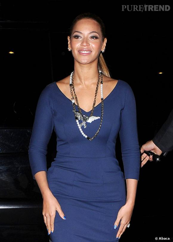 Comme Jennifer Lopez, Beyoncé lisse sa queue de cheval. Look working girl assuré.
