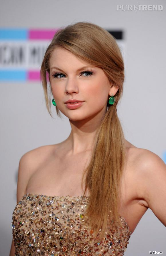 Après avoir porté la tresse l'année dernière, Taylor Swift adopte la poneytail basse sur le côté.