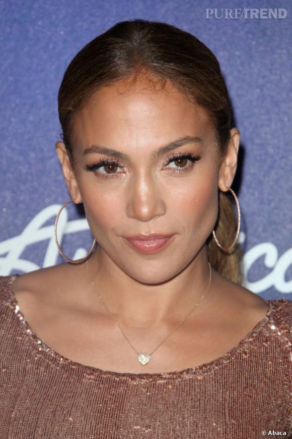 Jennifer Lopez est experte ès queue de cheval. Sa coiffure fétiche depuis longtemps, elle la coiffe haute et plaquée pour souligner ses maxillaires.