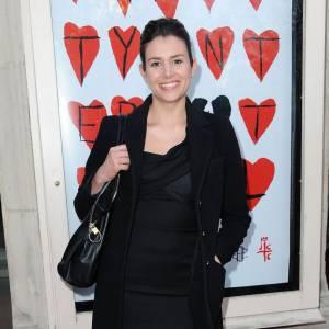 Chic à souhait, l'actrice mise sur une petite robe noire moulante qu'elle porte avec une paire de collants et des peep-toe pour prendre de la hauteur de façon subtile et sublimer sa silhouette.