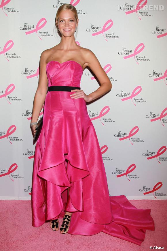 Erin Heatherton, romantique à souhait choisit les Bow Bow pour complèter son look.