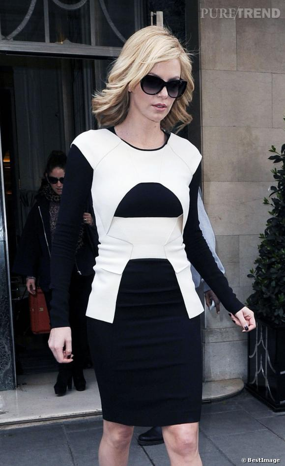 Charlize Theron dans les rues de Londres, version working girl sexy.