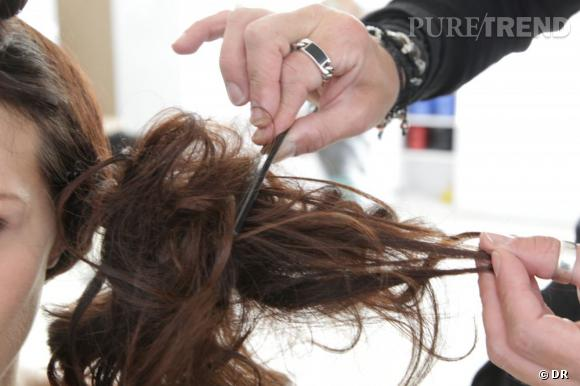 On met ensuite de la brume lactée pour donner de la matière wet, puis on crêpe rapidement les cheveux en deux-trois coups de peigne.