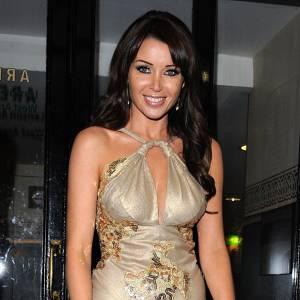 """Dannii Minogue : faux ! Et elle le revandique puisqu'elle n'hésite pas à le clamer dans les interivews, elle """"aime ses faux seins""""."""