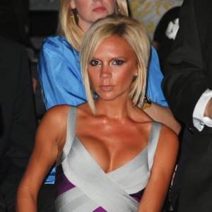 Victoria Beckham : faux ! Peu de doute quand au naturel de la poitrine de Posh quand on se souvient de son époque Spice girl. Sans parler du fait qu'elle défie aujourd'hui les lois de la gravité.