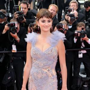 Penelope Cruz : vrais ! La piquante actrice sublime sa poitrine naturelle en Marchesa à Cannes et fait tourner les têtes.