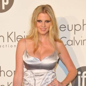 Lara Stone : vrais ! Et le top a bien du mal à les contenir dans sa robe Calvin Klein.