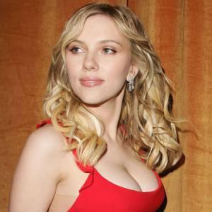 Scarlett Johansson : Vrai. Et oui, Scarlett Johansson a de quoi faire des jalouses avec une poitrine impressionnante et en plus naturelle !