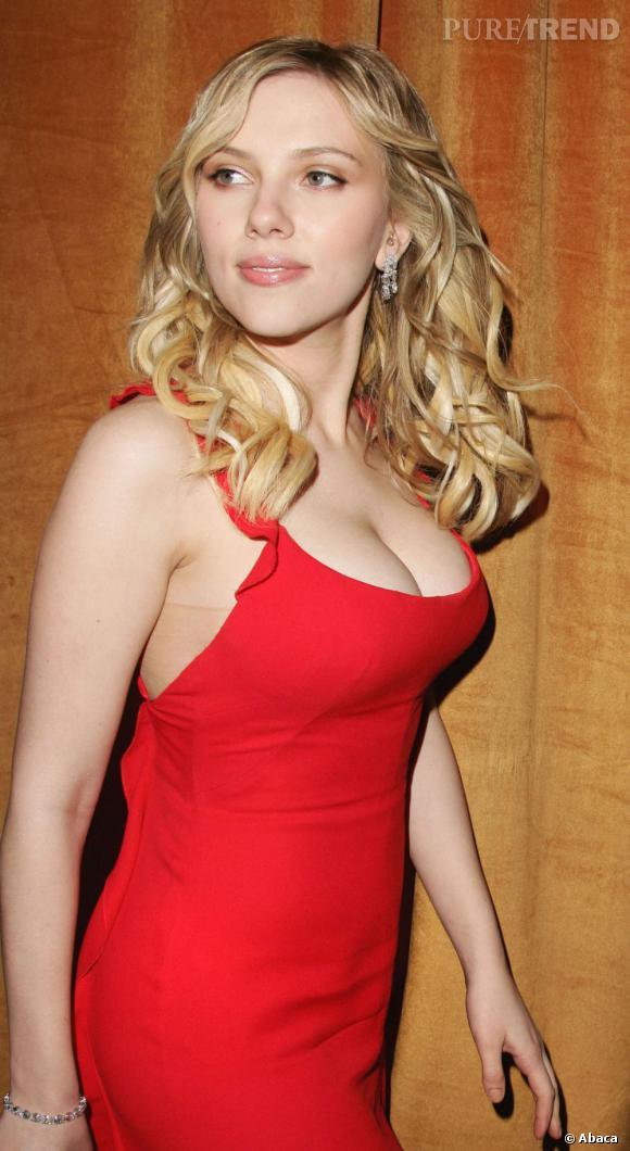 Scarlett Johansson : Vrai . Et oui, Scarlett Johansson a de quoi faire des jalouses avec une poitrine impressionnante et en plus naturelle !