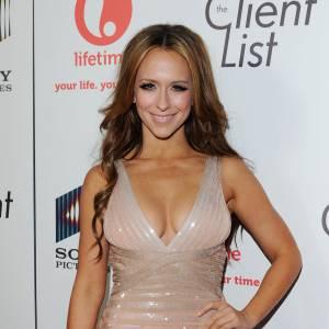 Jennifer Love Hewitt : vrais ! Et oui, la jeune femme est particulièrement connue pour ses courbes et elle en joue en les mettant en valeur dans des robes ultra-moulantes et décolletées.