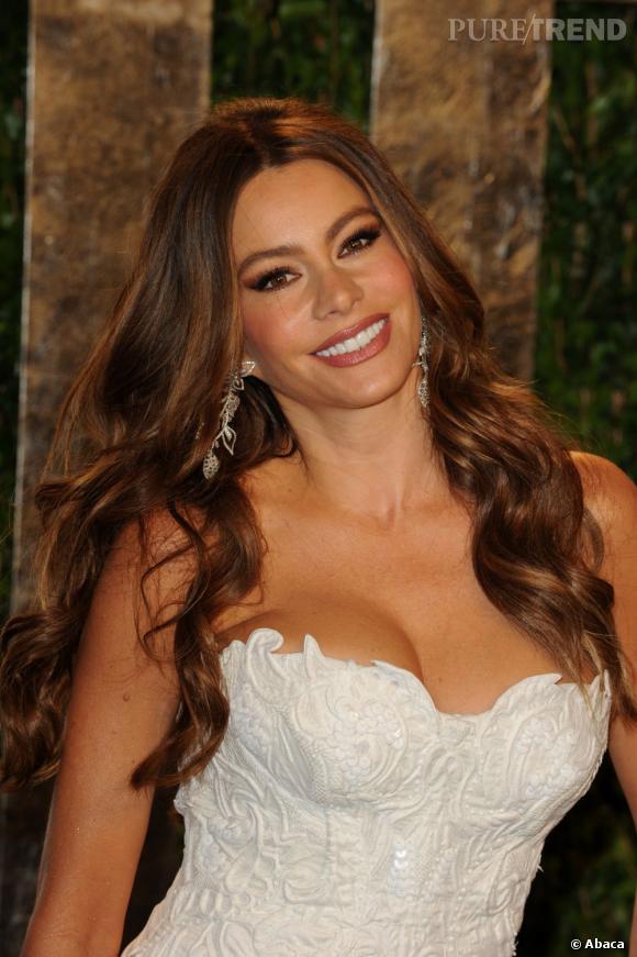 """Sofia Vergara : on a des doutes . Plus jeune, l'actrice de """"Modern Family"""" était déjà plantureuse mais pas autant. On va dire qu'elle doit sa poitrine à ses grossesses..."""