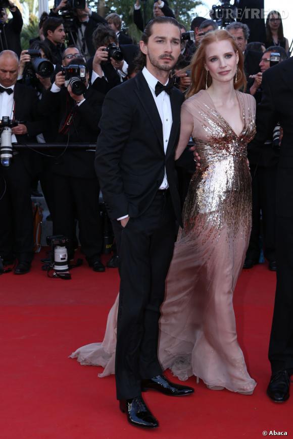 """Shia LaBoeuf et Jessica Chastain montent les marches pour le film """"Lawless"""" à Cannes."""
