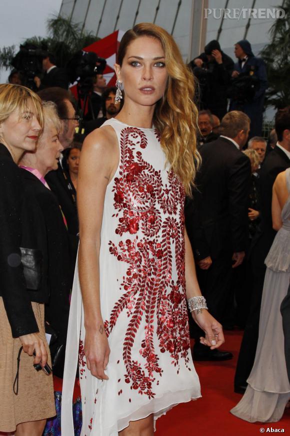 Erin Wasson fait sensation lors de la montée des marches à Cannes.