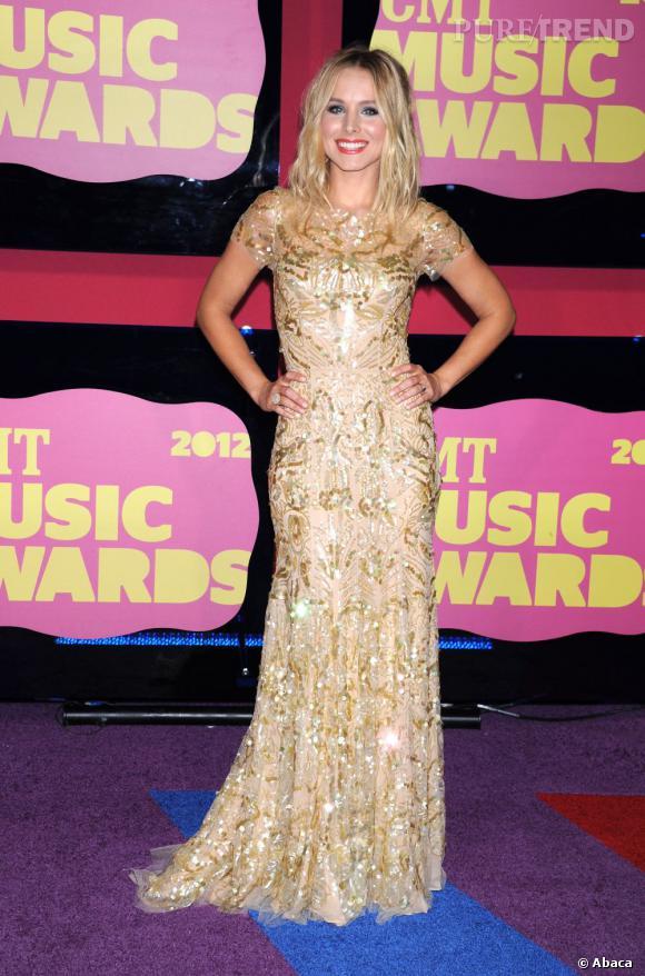 Kristen Bell, rayonnante, pose sur le tapis multicolore du CMT Music Awards