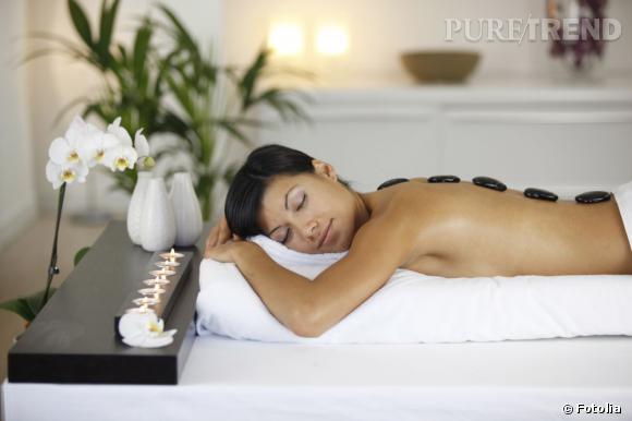 Le massage aux pierres chaudes, parfait pour les stressées.