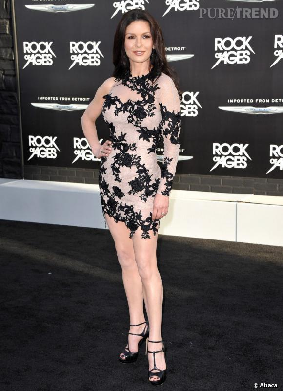 Catherine Zeta-Jones a misé sur l'effet d'optique et la dentelle noire. Une tenue très... osée.