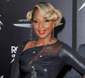 Mary J Blige se moule dans une robe en cuir au décolleté transparent.
